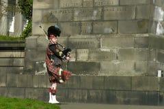 街道音乐家-高级吹风笛者在爱丁堡 免版税库存图片