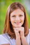 纵向微笑的妇女年轻人 库存照片