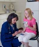 检查糖尿病护士患者 免版税库存照片
