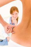 咨询臀部耐心的塑料挤压手术 免版税库存照片