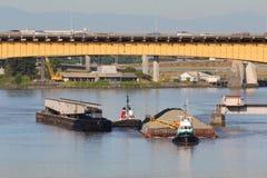 操纵铁路运输沙子的驳船桥梁 免版税库存图片