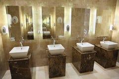 水槽和镜子在公共休息室 免版税库存照片