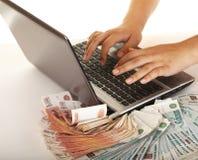 使用您,计算机获得货币 免版税图库摄影