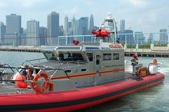 小船城市火纽约 免版税库存图片