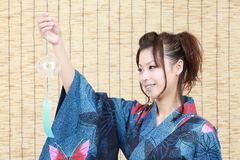 给日本和服妇女穿衣 免版税库存照片