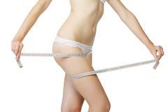 девушка ее измеряя бедренная кость Стоковые Фото