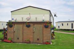 装饰的棚子在有蓬卡车阵营或拖车停车场 免版税图库摄影