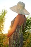 беременная женщина поля Стоковое фото RF