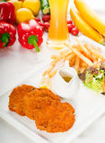 经典炸肉排米兰尼斯经的小牛肉蔬菜 免版税图库摄影