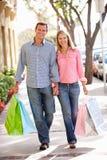 耦合运载的购物 免版税图库摄影