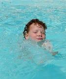 счастливое заплывание малыша Стоковые Изображения RF