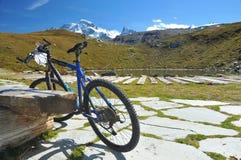 骑自行车的山 免版税图库摄影