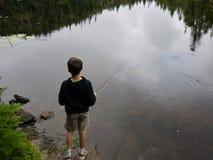 男孩捕鱼 免版税库存图片