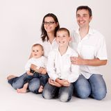 Χαρούμενη, ευτυχής οικογένεια Στοκ φωτογραφία με δικαίωμα ελεύθερης χρήσης