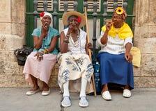 抽古巴雪茄的老妇人在哈瓦那 免版税库存图片