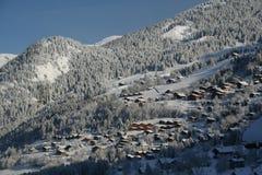 瑞士山中的牧人小屋新的雪村庄 免版税库存照片