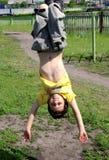 мальчик штанги висит счастливое Стоковая Фотография