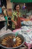 出售妇女的干鱼 免版税图库摄影
