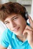 十几岁的男孩佩带的耳机 库存照片