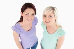 Πορτρέτο της τοποθέτησης γυναικών χαμόγελου Στοκ φωτογραφία με δικαίωμα ελεύθερης χρήσης