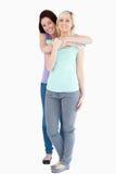 Χαριτωμένο αγκάλιασμα γυναικών Στοκ φωτογραφίες με δικαίωμα ελεύθερης χρήσης