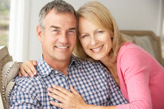 愉快的中间年龄夫妇在家 免版税图库摄影