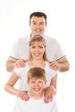 Ένα ευτυχές πορτρέτο οικογενειακής ομάδας στις άσπρες μπλούζες Στοκ Φωτογραφία