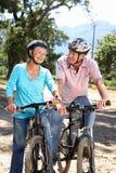高级夫妇骑马自行车 库存图片