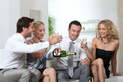 香槟饮用的朋友 库存图片