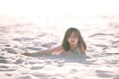 女孩沙子 免版税库存照片