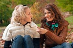 τα κορίτσια σταθμεύουν Στοκ φωτογραφία με δικαίωμα ελεύθερης χρήσης