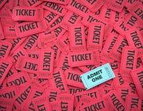 впустите среди билетов одного красного цвета Стоковое фото RF