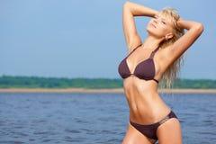 在佩带的妇女之下的比基尼泳装星期&# 免版税库存图片