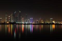 迪拜海滨广场视图在晚上 图库摄影