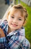 女孩室外纵向微笑的年轻人 免版税库存图片