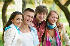 Ομάδα χαμογελώντας νέων σπουδαστών υπαίθρια Στοκ Εικόνες