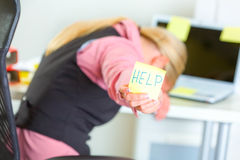 примечание помощи дела показывая липкое слово женщины Стоковая Фотография RF