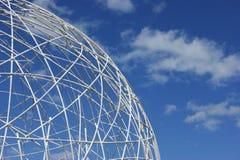 против голубой белизны неба глобуса Стоковое Фото