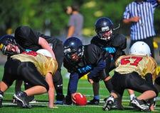 橄榄球线路准备好的并列争球青年时&# 免版税库存图片