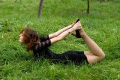 位于在草的性感的女孩 免版税图库摄影