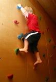 стена мальчика взбираясь Стоковые Изображения