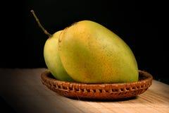 夫妇新鲜的芒果 免版税图库摄影