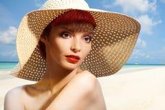 草帽的美丽的妇女 免版税库存照片