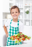 男孩愉快的健康快餐 免版税库存图片