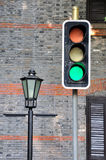 红绿灯和路闪亮指示 免版税库存图片