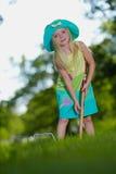 演奏年轻人的槌球女孩 免版税图库摄影