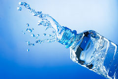 瓶飞溅水 免版税库存照片