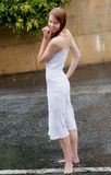 美丽的外部雨妇女 免版税库存图片