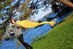желтый цвет шарфа девушки Стоковая Фотография