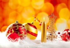 圣诞节与蜡烛和中看不中用的物品的电汇结构树 库存图片